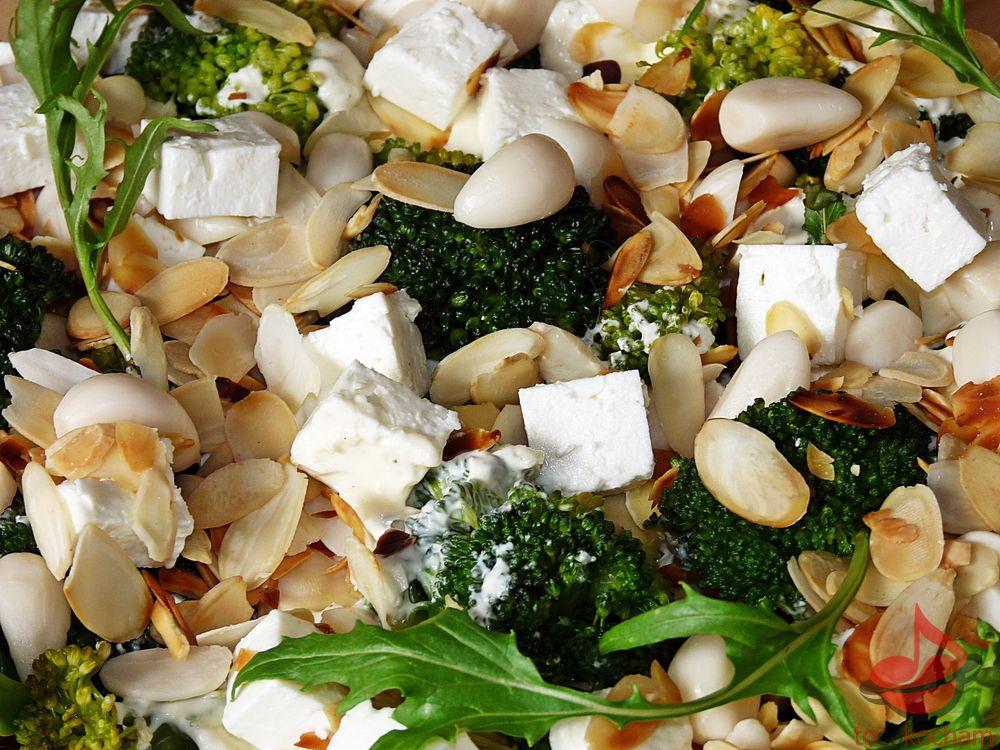 Sałatka brokułowa zczosnkiem tocokocham.com