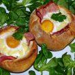 Jajka z boczkiem zapiekane w bułce tocokocham.com