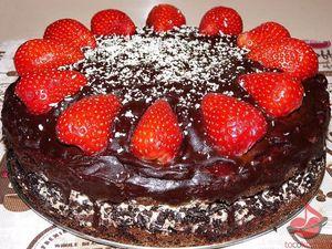 Tort czekoladowy ztruskawkami tocokocham.com