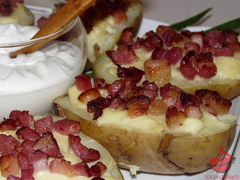 Pieczone ziemniaki zserkiem topionym iboczkiem tocokocham.com
