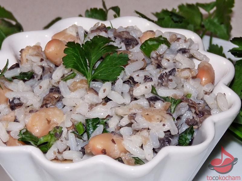 Sałatka zpieczarek, ryżu ibiałej fasoli tocokocham.com